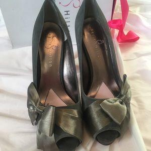 Paris Hilton genuine suede peep-toe pumps 7.5 grey